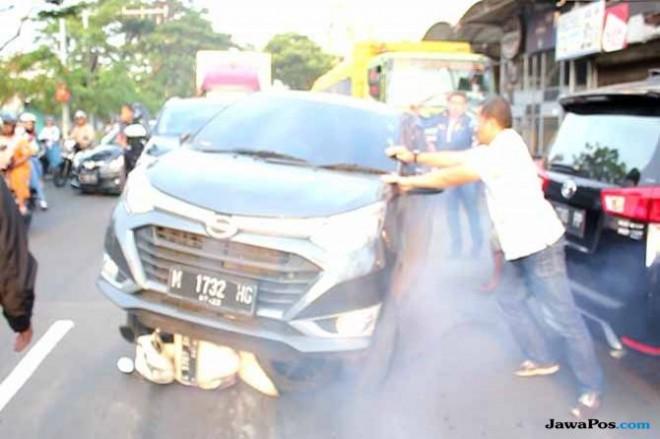 Motor petugas Kejari Surabaya ditabrak mobil yang dikendarai Wisnu Wardhana. (Istimewa)