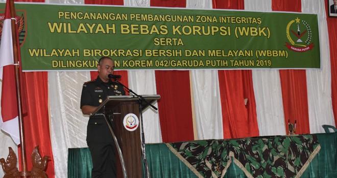 Komandan Korem 042/Gapu, Kolonel Inf Dany Budiyanto, saat memberikan sambutan pada kegiatan Pembangunan Zona Integritas (ZI) satuan kerja Korem 042/Gapu menuju Wilayah Bebas Korupsi (WBK) dan Wilayah Birokrasi Bersih dan Melayani (WBBM). Foto : Ist For Jambiupdate
