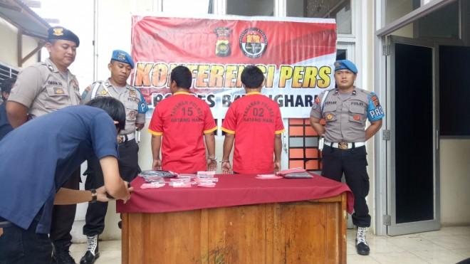 Satuan Reserse Narkoba (Satresnarkoba) Polres Batanghari saat mengamankan dua tersangka pengguna narkotika jenis sabu-sabu. Foto : Reza / Jambiupdate
