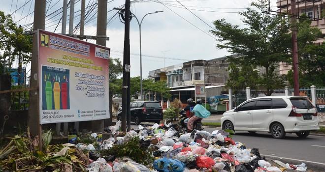 Sampah menumpuk di salah satu TPS di Kota Jambi. Pemerintah Kota Jambi melarang membuang sampah sembarangan dan sudah menyediakan TPS. Foto : Dok Jambiupdate