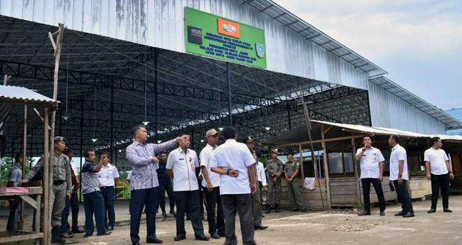 Walikota Jambi Syarif Fasha bersama pejabatnya melihat langsung kondisi Pasar Induk Talang Gulo. Fasha meminta agen, sub agen dan pedagang malam Pasar Induk Ditata. Foto : Hafiz / Jambiupdate