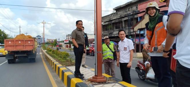 H Bakri saat meninjau jalan nasional bersama Staker Balai Jalan Nasional. Foto : Ist