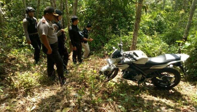 Sepeda motor milik anggota polisi yang sempat dibawa pelaku begal ditemukan di perkebunan warga di Desa Rengkiling Simpang beberapa waktu lalu. Foto : Dok Jambiupdate