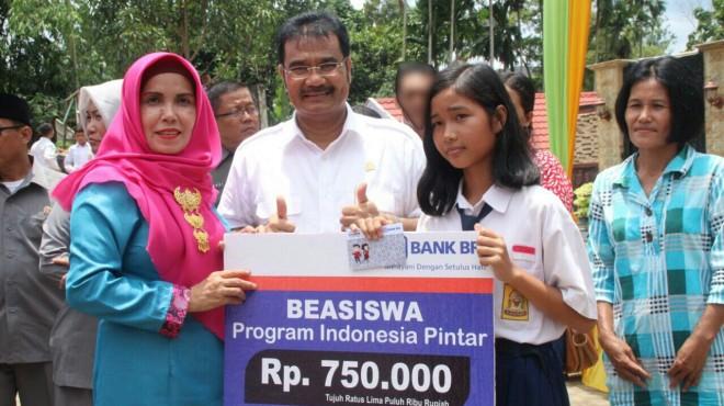 Pemberian 51 ribu program beasiswa Program Indonesia Pintar (PIP), Sutan Adil Hendra (SAH).