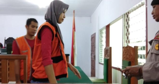 Kedua pasangan suami istri terdakwa kasus jambret saat keluar dari ruangan sidang di Pengadilan Tipikor Jambi, Kamis (10/1). Foto : Ist For Jambiupdate
