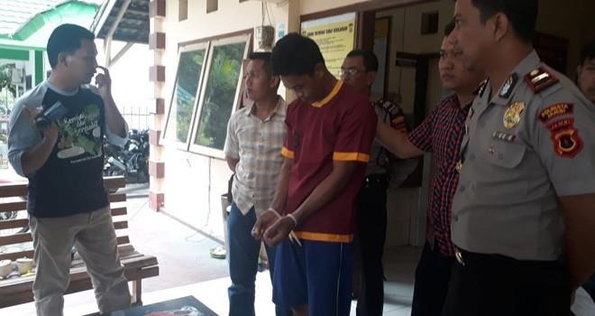 Salah satu tersangka saat diekspose di Mapolsek Jelutung, Jumat (11/1). Foto : Ist