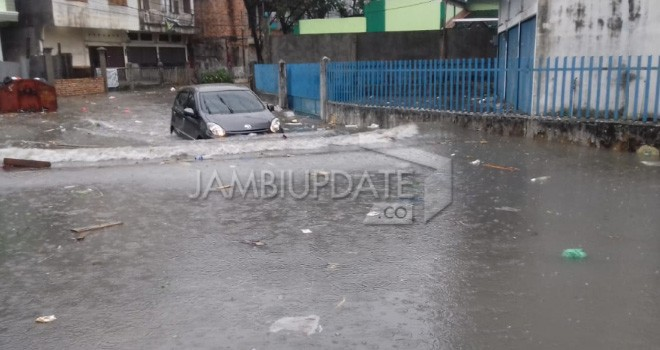 Kendaraan nekat menerobos genangan air di Jalan Dara Jingga. Foto : M Ridwan / Jambi Ekspres