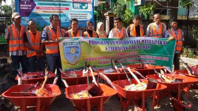 BANTUAN : Perwakilan warga saat menerima bantuan berupa alat kebersihan di Kelurahan Pakuan Baru belum lama ini.