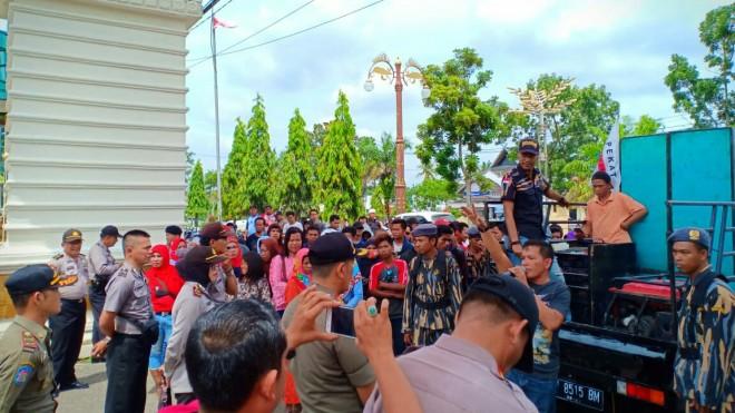 Aksi unjuk rasa massa di depan Kantor Bupati Batanghari, Rabu (16/01).