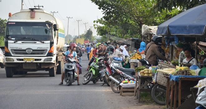 Aktifitas Pasar 46 di kawasan Jalan Baru, Kecamatan Jambi Selatan Kota Jambi, kemarin (17). Jalan lintas sumatera dikawasan tersebut kerap tersendat karena ramainya aktifitas pasar. Foto : M Ridwan / Jambi Ekspres