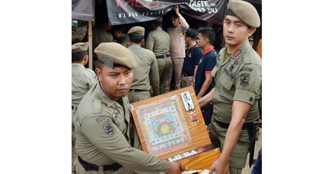 Petugas Satpol PP dan pihak Kecamatan Alam Barajo, mengamankan tuak, minol dan mesin jackpot (18/1) kemarin. Foto : M Ridwan / Jambi Ekspres