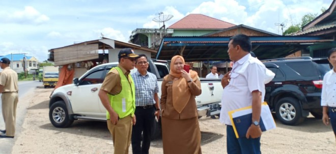 H. Bakri Anggota DPR RI Dapil Jambi, meninjau rencana pelebaran jalan. Foto : Ist