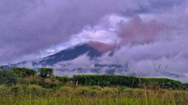 Telihat Gunung Kerinci saat mengeluarkan asap. Foto : Gusnadi / Jambiupdate