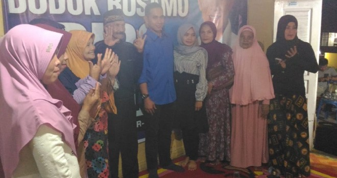 Calon anggota DPR RI, Dipo Nurhadi Ilham bersama emak-emak usai menyerap aspirasiwarga di Kecamatan Gunung Raya, Kabupaten Kerinci. Foto : Ist