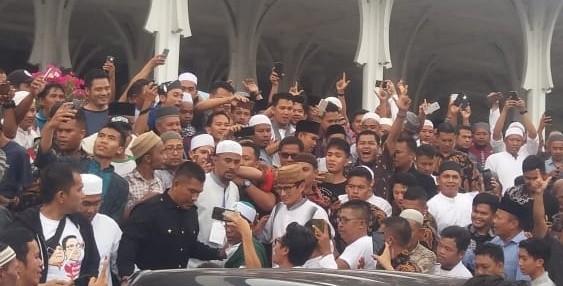 Sandiaga uno usai melaksanakan sholat Jumat di Masjid Agung Saribu tiang, Kota Jambi.