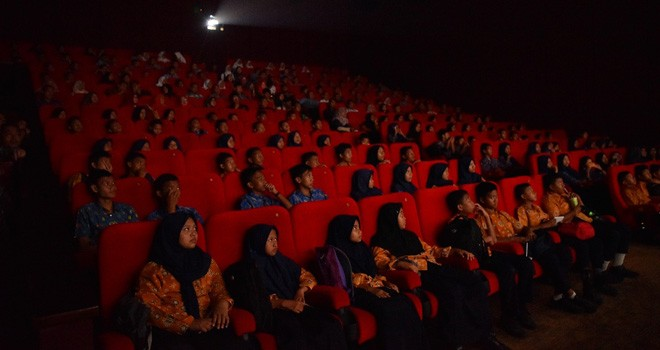 Walikota Jambi Sy Fasha berasama punggawa film Azizah dan sejumlah pelajar di Kota Jambi nonton bareng Film Azizah belum lama ini. Foto : Ist