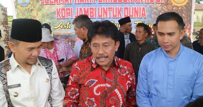 Staf khusus pimpinan DPR RI, Dipo Nurhadi Ilham bersama Dirjen Perkebunan dan Bupati Kerinci usai menyerahkan bantuan bibit di Kayu Aro. Foto : Ist For Jambiupdate