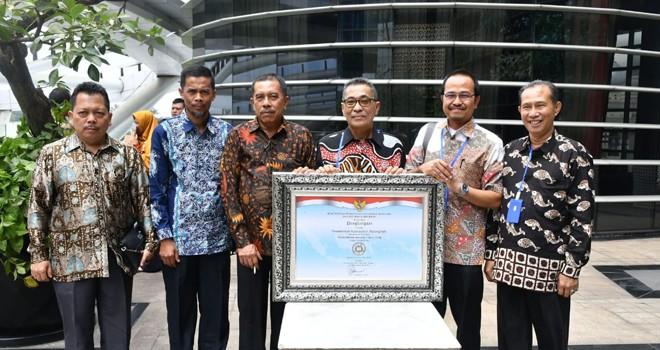 Pemkab Batanghari saat menerima penghargaan Akuntabilitas Kinerja tahun 2018 dari Kementerian Pendayagunaan Aparatur Negara dan Reformasi Birokrasi (Kemenpan RB) Republik Indonesia. Foto : Ist For Jambiupdate