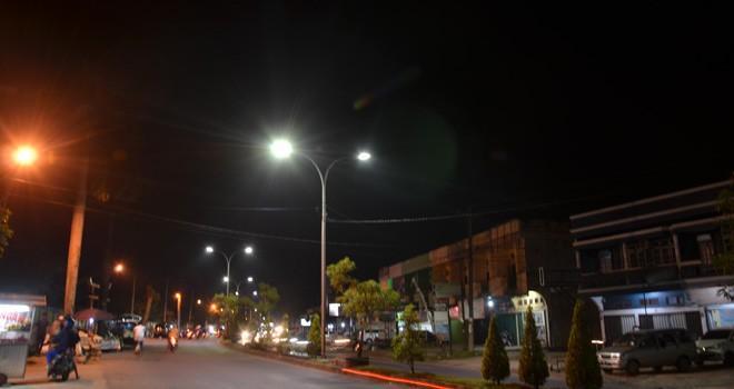 Jalan Pattimura Kota Jambi terlihat terang saat malam. Pemkot Jambi memasang LPJU jenis LED. Foto : M Ridwan / Jambi Ekspres