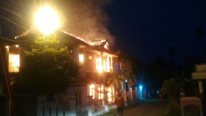 Satu rumah mewah dua lantai habis dilalap sijago merah,  Senin sekitar pukul 05.15 WIB.