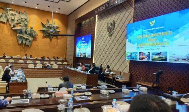 Komisi V dalam rapat dengan Ditjen Perhubungan udara, meminta pemerintah menunda bagasi berbayar tersebut dan mengkaji ulang. Foto : Ist