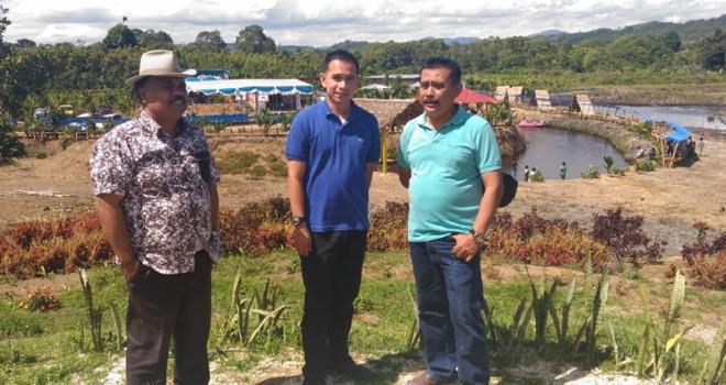 Staf khusus pimpinan DPR RI, Dipo Nurhadi Ilham di dampingi tokoh masyarakat ketika berkunjung ke Desa Lempur Hilir. Foto : Ist