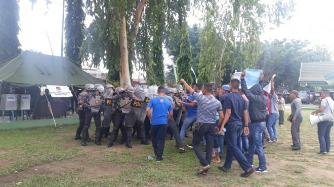 Unjuk rasa dilakukan ratusan orang di Kantor KPU Provinsi Jambi, Jumat (1/2) pagi.