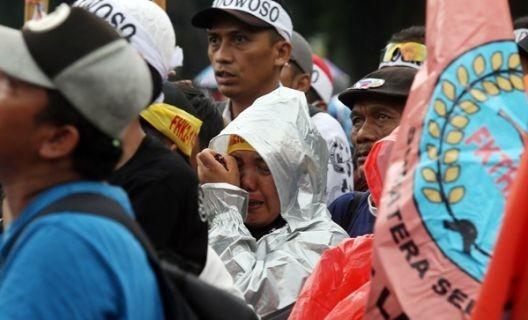 Massa honorer K2 menangis saat aksi unjuk rasa menuntut diangkat menjadi CPNS. Foto: dok.JPNN.com