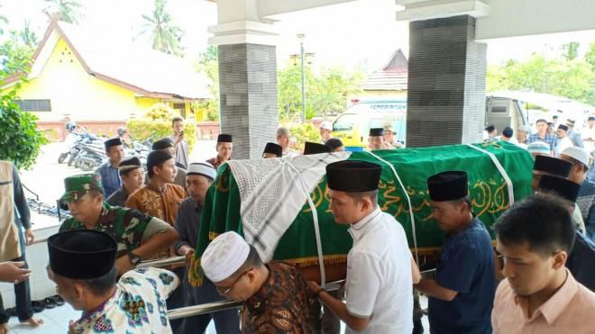 Jenazah H Abdul Fattah tiba di masjid Al Muhajirin Komplek Air Panas, Muara Bulian,Sabtu (02/01).