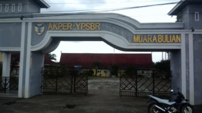 Gerbang Utama Akper YPSBR Muara Bulian. Foto : Reza / Jambiupdate
