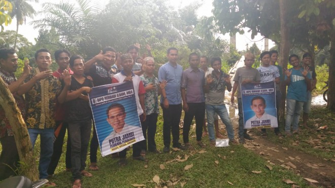 Calon anggota DPR RI, Dipo Nurhadi Ilham bersama masyarakat Desa Tanjung, Kecamatan Margo Tabir, Merangin. Foto : Ist