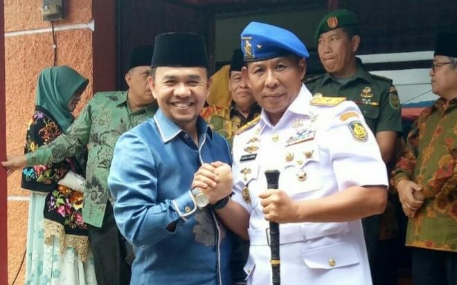 Bupati Kerinci saat salam Komando dengan Jendral Nazali Lemp. Foto : Gusnadi / Jambiupdate