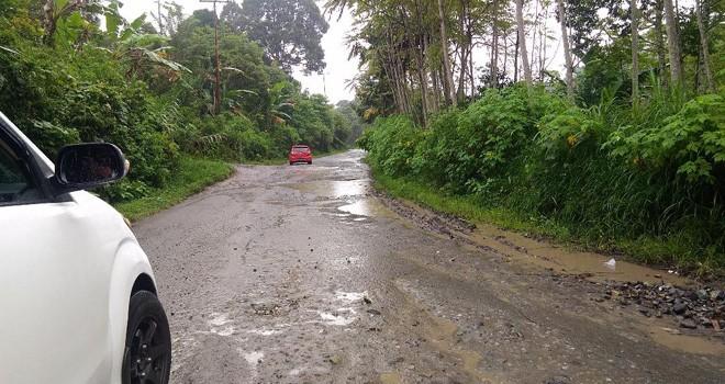 Terlihat jalan provinsi di Desa Jujun, Kerinci yang rusak parah dan belum mendapat perhatian dari pemerintah. Foto : Ist