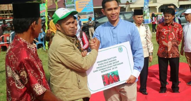Staf khusus pimpinan DPR RI, Dipo Nurhadi Ilham menyarahkan bantuan sarana produksi cabe besar kepada petani Kabupaten Kerinci. Foto : Ist