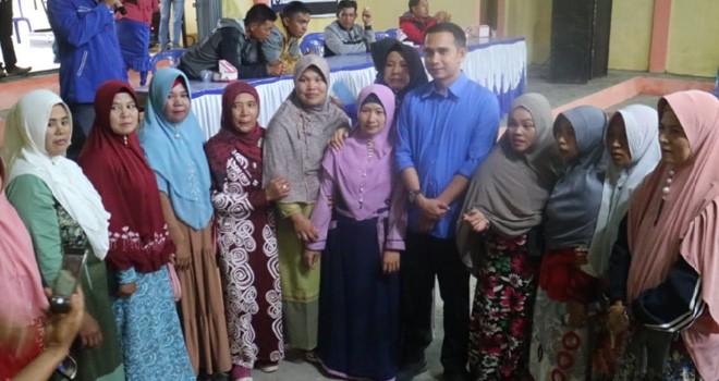 Sejumlah emak-emak tidak ingin ketinggalan mengebadikan kedatangan silaturahmi mereka dengan Dipo Nurhadi Ilham. Foto : Ist
