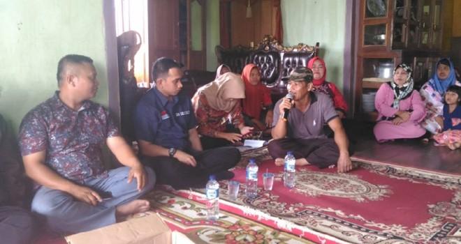 Staf khusus pimpinan DPR RI, Dipo Nurhadi Ilham mendengarkan curhatan warga ketika berkunjung ke wilayah Batin Batanghari. Foto : Ist For Jambiupdate