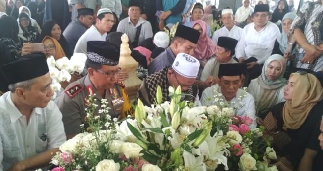 Jenazah Hj Hasanah dimakamkan di pemakaman keluarga kawasan Sukorejo, Kelurahan Thehok, Kota Jambi. Almarhumah dimakamkan berdampingan dengan makam suaminya, Nurdin Hamzah. Foto : Ist