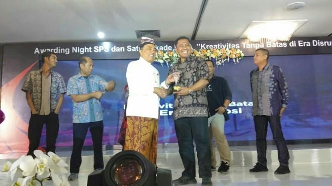 CEO Jambi Ekspres Group Sarkawi saat menerima penghargaan dari Ketua SPS Pusat HM Alwi Hamu. F/PIRMASATRIA/JU