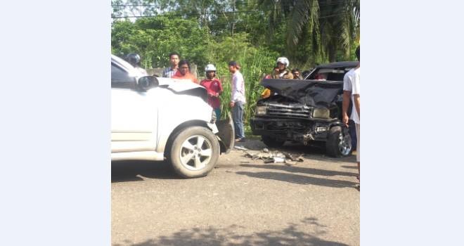 Dua unit minibus usai mengalami kecelakaan di Jalan Ismail Malik tepatnya di depan Depot Iman Water, Kelurahan Mayang Mangurai, Kecamatan Alam Barajo, Sabtu (9/2). Foto : Ist