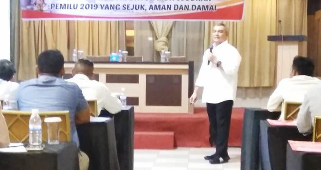 Calon Anggota DPR RI Dapil Jambi, Agus Roni, saat paparkan materi Pemilu sejuk dan damai di hadapan relawan-relawan Pemilu Damai dari masyarakat Provinsi Jambi, bertempat Hotel Duta Jambi, Senin (11/2).