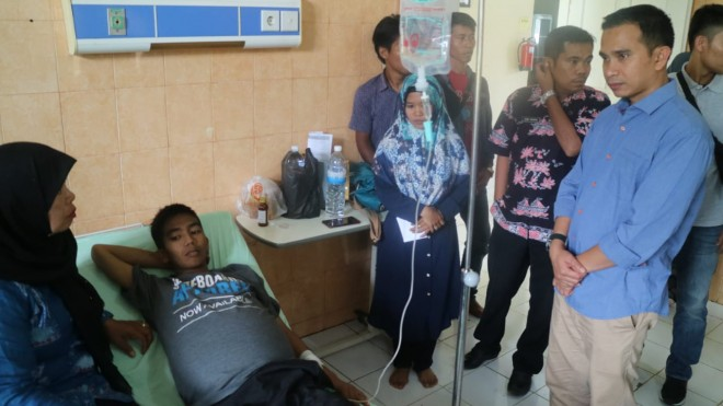 Calon DPR RI, Dipo Nurhadi Ilham mengunjungi salah satu pasien di RSUD Nurdin Hamzah Tanjabtim. Foto : Ist