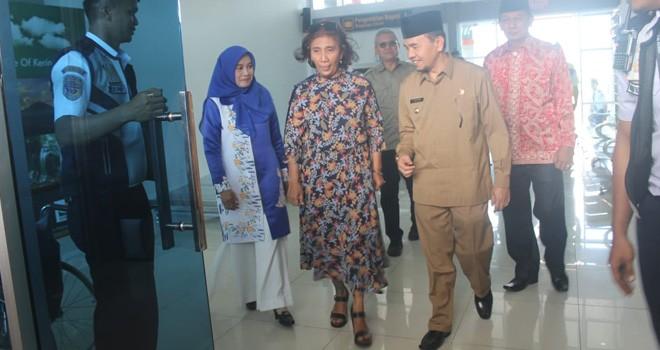 Mentri Susi Pudjiastuti saat tiba di Bandara Depati Parbo Kerinci. Foto : Ist