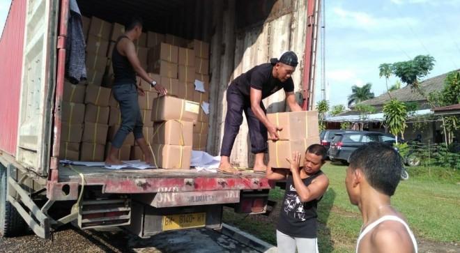 Para pekerja tengah membongkar surat suara Pemilu untuk Kabupaten dari truk pengiriman, Senin (11/2) kemarin. Foto : Munasdi / Jambiupdate