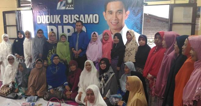 Puluhan emak-emak usai tampak semangat usai menggelar silaturahmi dengan Calon anggota DPR RI, Dipo Nurhadi Ilham. Foto : Ist