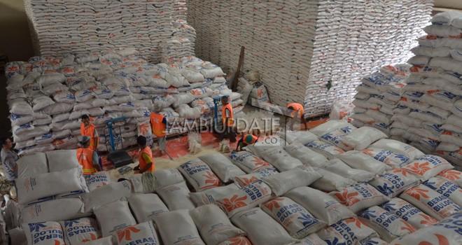 Petugas sedang mengangkut beras di gudang Bulog. Saat ini ada dua daerah di Jambi yang masih defisit beras. Foto : Dok Jambiupdate