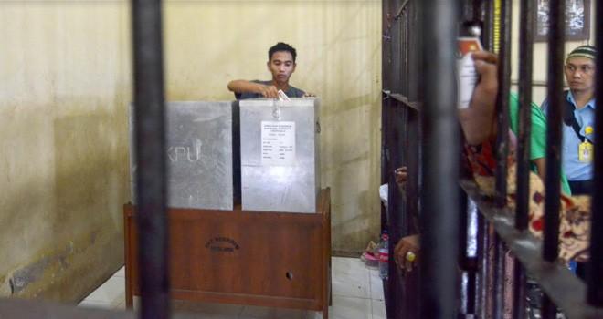 Narapidana di lembaga pemasyarakatan kelas IIA Jambi menggunakan hak pilihnya pada Pemilukada beberapa waktu lalu. Foto : Dok Jambiupdate