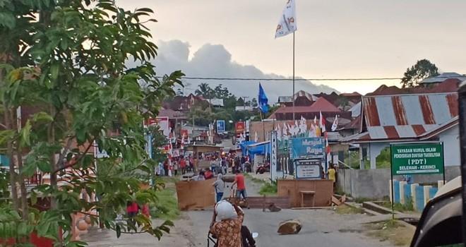 Terlihat Warga Seleman Kerinci Blokir Jalan. Foto : Gusnadi / Jambiupdate