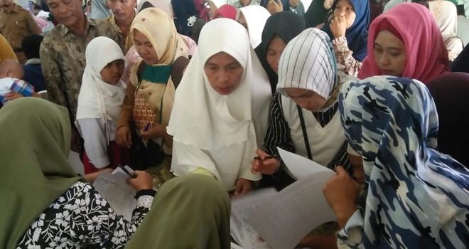 Orang tua murid penerima beasiswa dari gaji walikota Jambi saat antre mengambil beasiswa di Griya Mayang Rumah Dians Walikota Jambi, kemarin sore (18/2). Foto : Ist