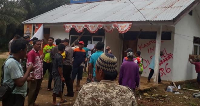 Kantor Rio Dusun Sekar Mengkuang, Kecamatan Limbur Lubuk Mengkuang, Kabupaten Bungo, disegel oleh ratusan masyarakat, Rabu (20/1). Foto : Ferdian / Jambiupdate