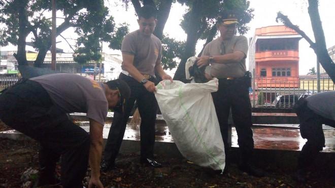 Kapolda Jambi bersama personel saat membersihkan areal Taman Tugu Juang, (20/2).